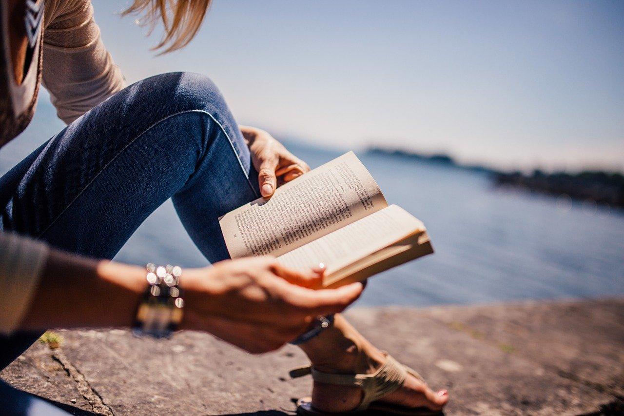 czytanie ksiązki ebooka lub audiobooka