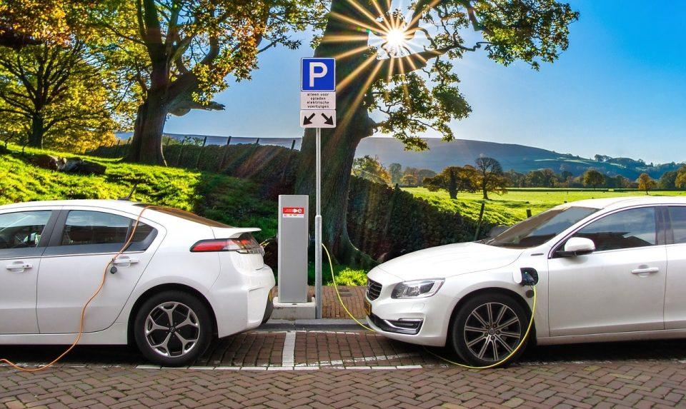 samochód elektryczny - stacja ładowania